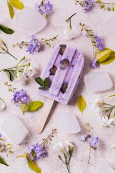 Helado de sabor púrpura en palos en la mesa