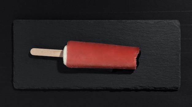 Helado de sabor a sandía en bandeja de piedra negra