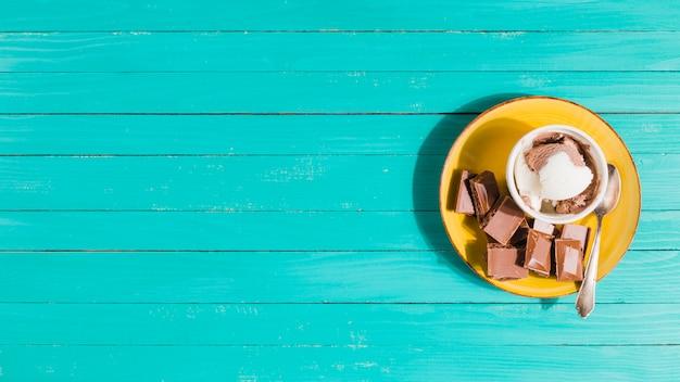 Helado servido con chocolate.