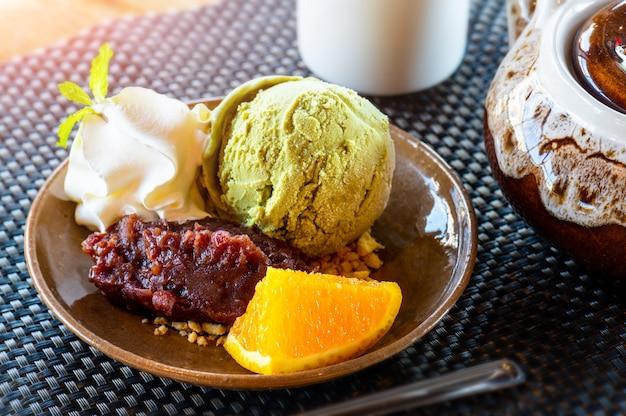 Helado de té verde matcha con frijol rojo.