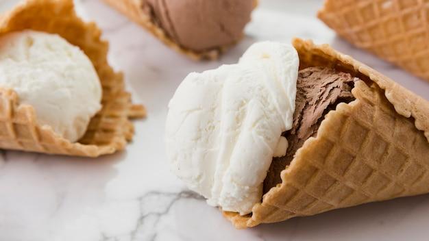 Helado de vainilla y chocolate en conos de waffle.