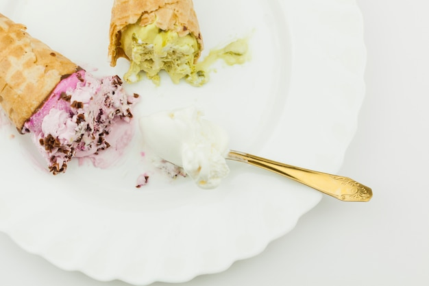 Helados cerca de la cuchara en el plato