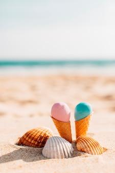 Helados con conchas en la playa.