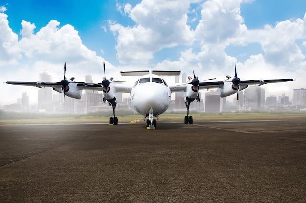 Hélice de estacionamiento de avión en el aeropuerto