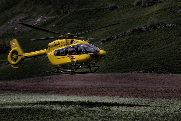Helicóptero amarillo y negro