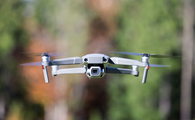 Helicóptero no tripulado volando con cámara digital.
