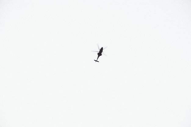 Un helicóptero volando por encima