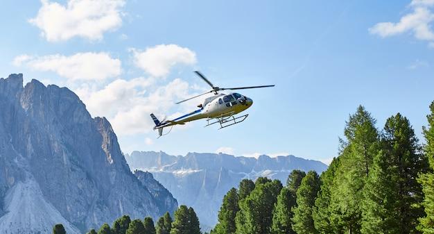 Helicóptero volando en val gardena