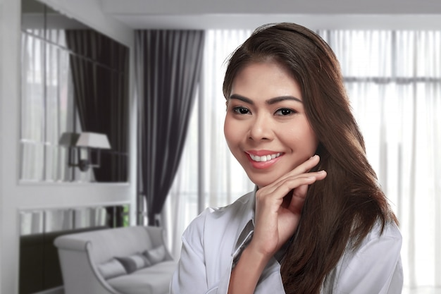 Hembra asiática joven con maquillaje perfecto