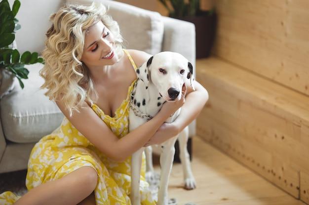 Hembra bastante joven con el perro dálmata. mejores amigos. amor mascota y humano.