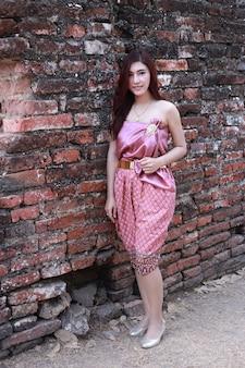 Hembra en traje tradicional tailandés