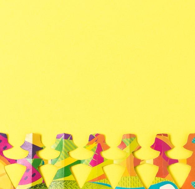 Hembra hecha de papel de colores con fondo de espacio de copia