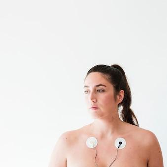Hembra joven con electrodos en el cuerpo.