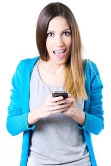 Hembra sorprendente durante el uso de teléfonos inteligentes