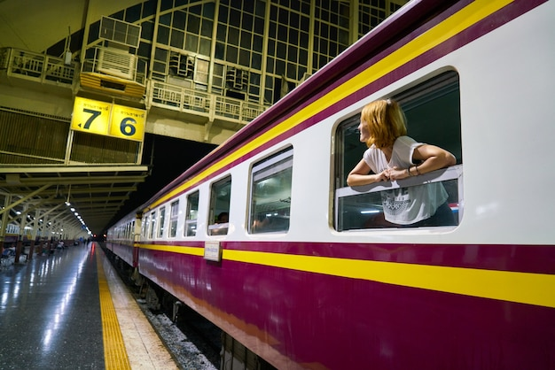 Hembras viajan mujeres jóvenes estudiante de transporte público