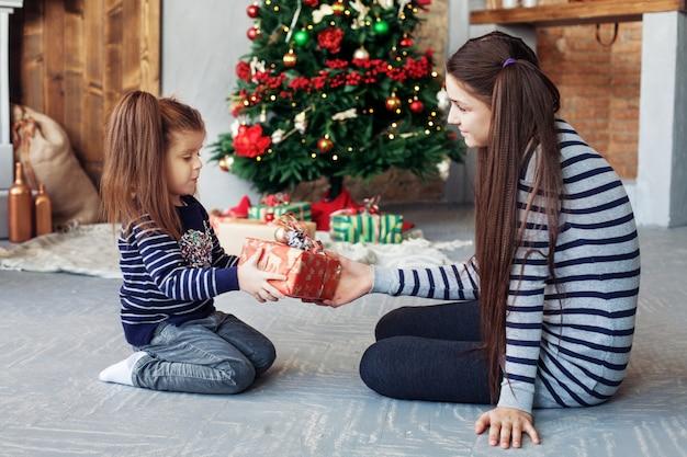 Hermana feliz desempacar regalos para navidad.