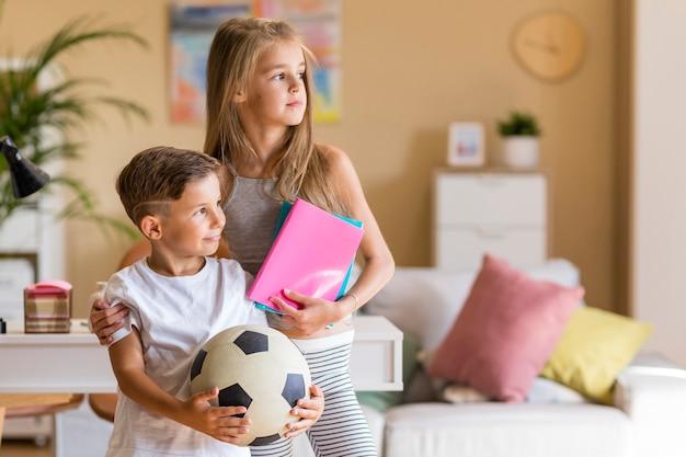 Hermana mayor con su hermano pequeño en la sala de estar