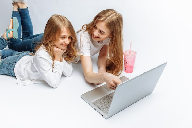 Hermana o mamá mirando películas con su hija, o comprando en línea