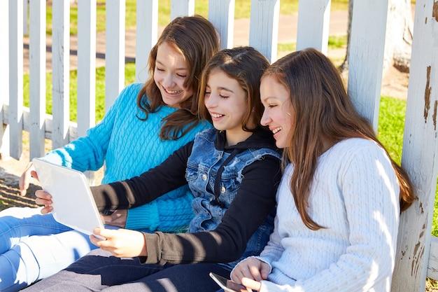 Hermanas amigas que se divierten con la tecnología.