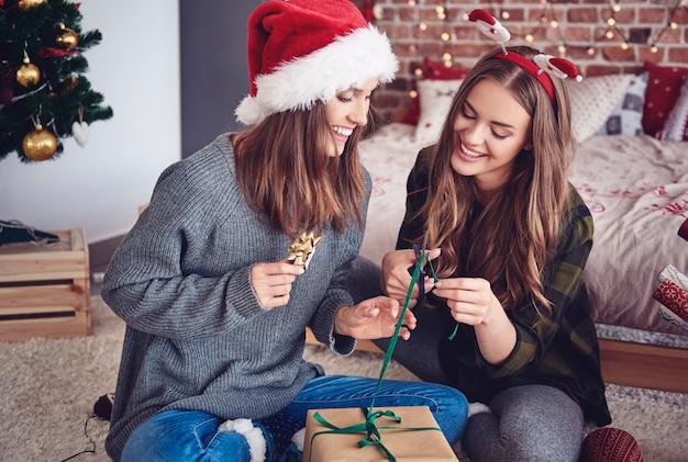 Hermanas empacando regalos en el dormitorio