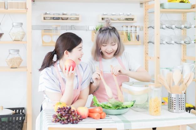 Las hermanas y hermanas están ayudando a preparar el desayuno en la cocina, que está llena de varios tipos de utensilios de cocina. se ven felices y divertidos.