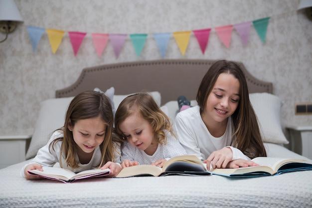 Hermanas leyendo libro juntas