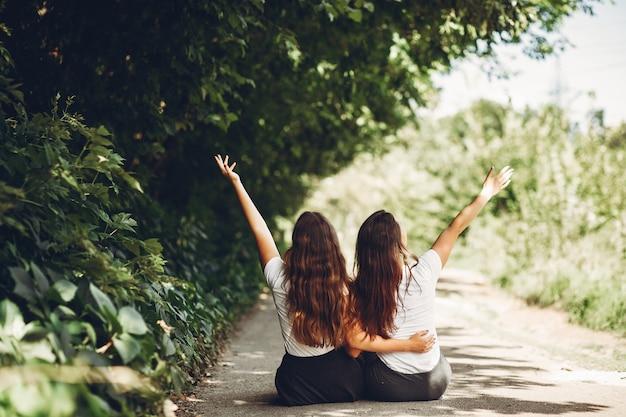 Hermanas lindas en un parque