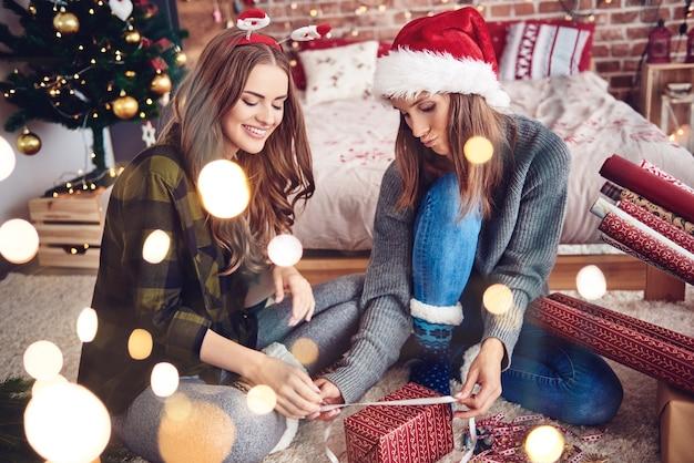 Hermanas que buscan decoraciones adecuadas