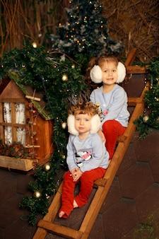 Las hermanitas gemelas lindas celebran las vacaciones de navidad juntas.