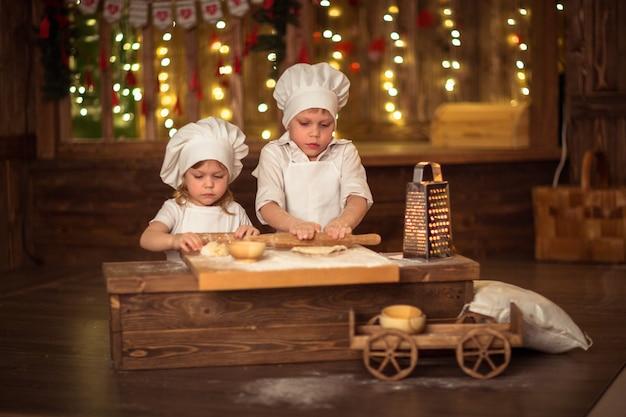 Hermano y hermana al horno, la masa se extiende