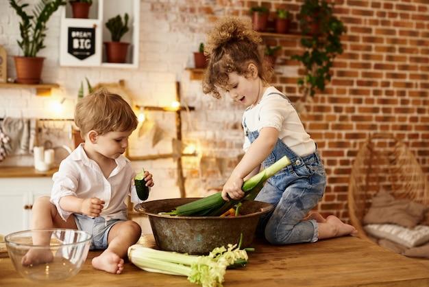Hermano y hermana jugando en la cocina