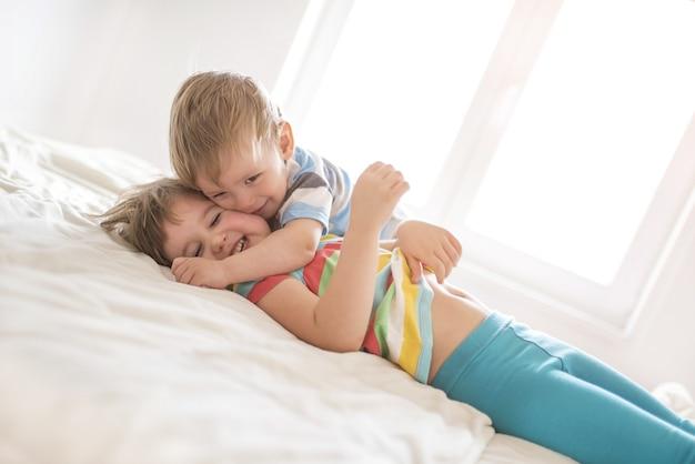 Hermano y hermana jugando entre ellos en casa