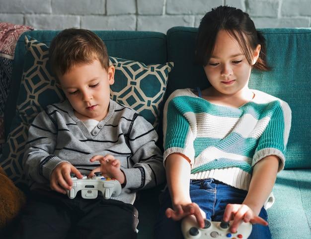 Hermano hermana jugando videojuegos