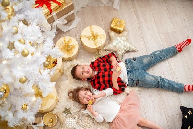 Hermano y hermana llenos de alegría por la navidad