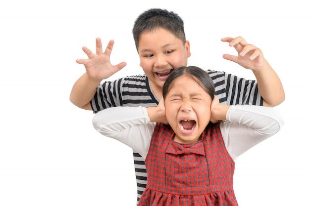 El hermano mayor enojado ataca a su hermana aislada.