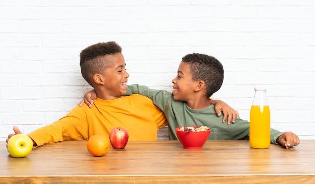 Hermanos afroamericanos desayunando