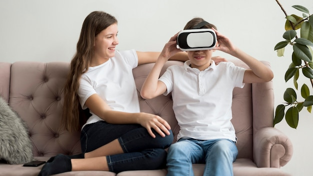Hermanos con casco de realidad virtual