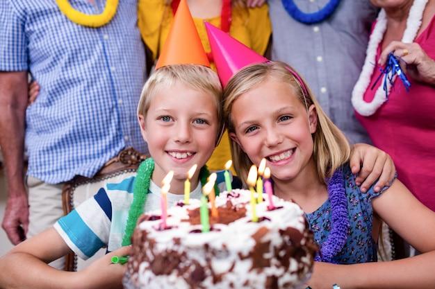 Hermanos celebrando fiesta de cumpleaños con familia