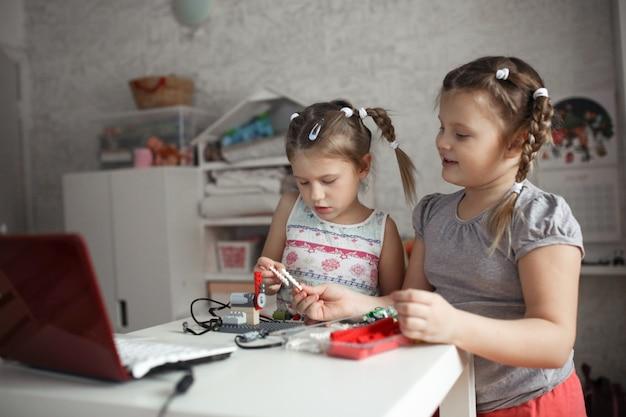 Hermanos coleccionan robot, robótica y niñez