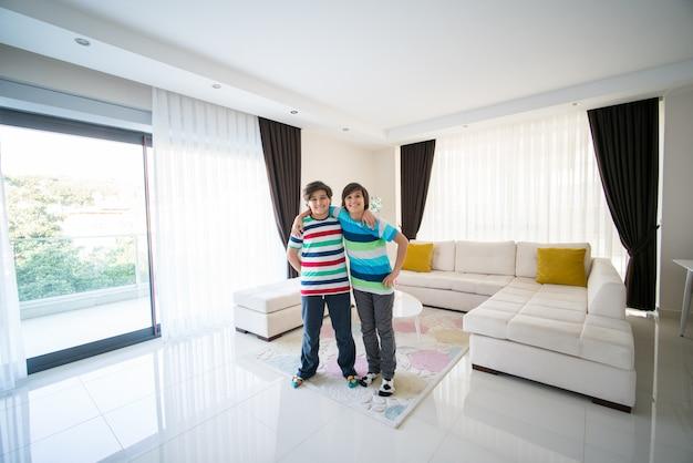 Hermanos felices en la sala de estar en el apartamento del hotel