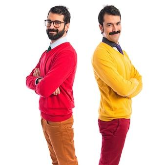 Hermanos gemelos con los brazos cruzados