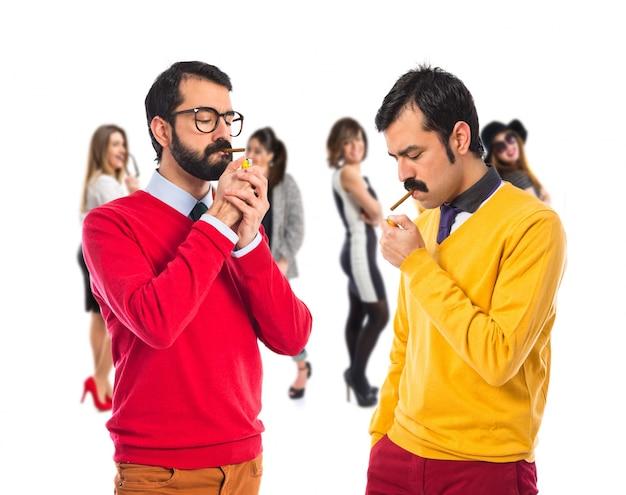 Hermanos gemelos fumando