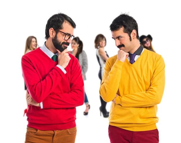 Hermanos gemelos pensando