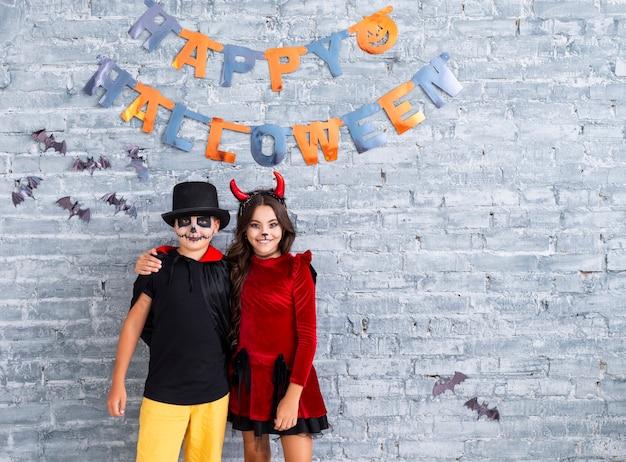 Hermanos jóvenes celebrando halloween