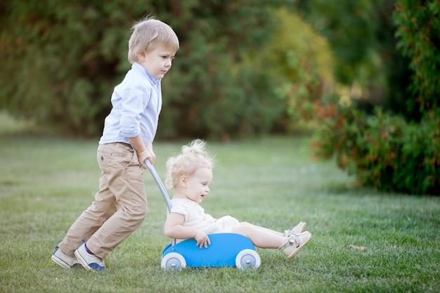 Hermanos jugando juntos
