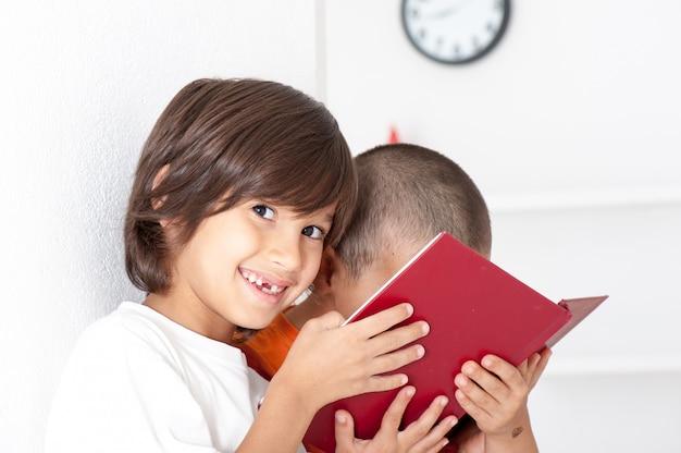 Hermanos leyendo libro