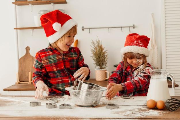 Hermanos lindos haciendo galletas