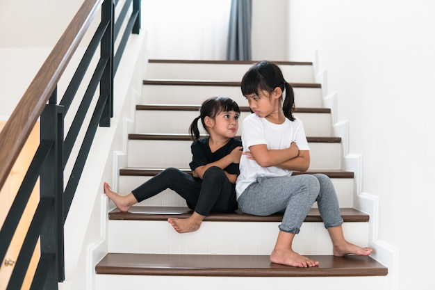 Hermanos molestos ignorándose unos a otros en casa