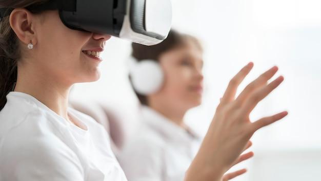 Hermanos de primer plano probando casco de realidad virtual
