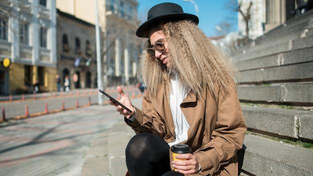 Hermosa adolescente navegando por teléfono móvil
